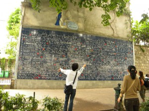 800px-Place_des_Abbesse_(the_plaque_with_the_je_t'aime=te_iubesc_in_311_laguages)